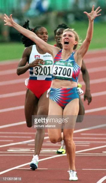 Die Russin Swetlana Masterkowa reißt jubelnd die Arme hoch nachdem sie am Montag bei den olympischen LeichtathletikWettbewerben das 800mFinale für...