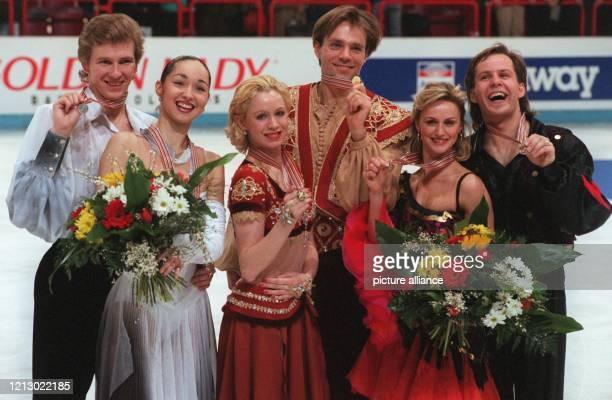 Die russischen EistanzOlympiasieger und dreifachen Weltmeister Oksana Gritschuk/Jewgeni Platow am 240197 auf dem Podium für die Medaillengewinner im...