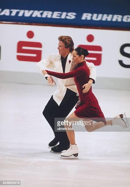 Die russischen Eistänzer Anjelika Krylowa und Oleg Owsiannikow in Aktion aufgenommen im November 1996 in Gelsenkirchen Aufgenommen November 1996