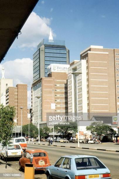 Die Samora Machel Avenue ist eine der bedeutendsten Geschäftsstraßen in der Innenstadt von Harare aufgenommen am Ebenso wie die anderen Straßen in...