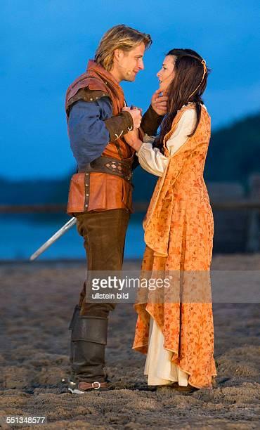 Die Schauspieler Bastian Semm in der Rolle Klaus Stoertebeker und Anna Lena Class als seine Geliebte Elisateth spielen waehrend der Premiere der...