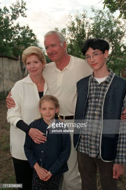 Die Schauspieler Christiane Hörbiger und Peter Bongartz posieren am 18.6.1998 mit ihren Filmenkeln Philipp Fleischmann und Paula Polak bei...