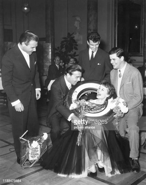 Die Schauspieler Joachim Fuchsberger Claus Biederstaedt Horst Buchholz Liselotte Pulver und Walter Giller während der Preisverleihung am in Wiesbaden...