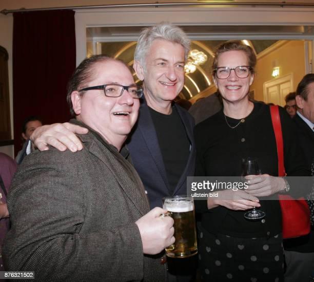 Die Schauspieler Jürgen Tarrach und Dominic Raacke mit Alexandra Rohleder aufgenommen auf der Premierenfeier vom Theaterstück Fehler im System im...