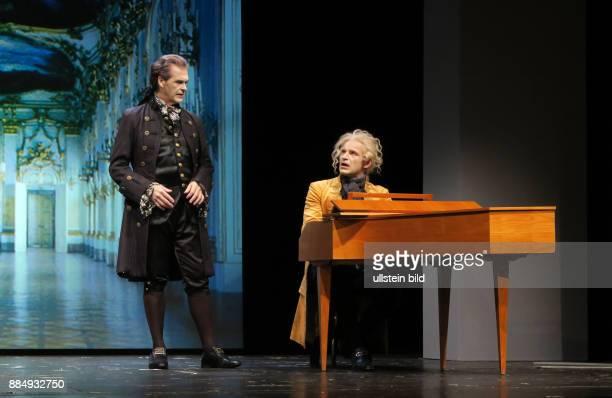 Die Schauspieler Marko Pustisek Johann Fohl vl aufgenommen bei Proben zu dem Theaterstück Amadeus im SchlossparkTheater in Berlin Steglitz Regie