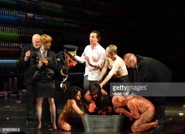 Die Schauspieler Roland Renner Helmut Zhuber Enrico Spohn Hannes Fischer Ismael Ivo Inka Löwendorf aufgenommen bei Proben zu dem Theaterstück Die 120...