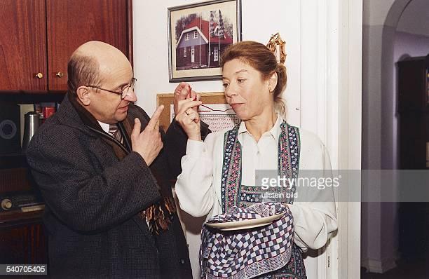 Die Schauspieler Siegfried W Kernen und Evelyn Hamann in 'Geschichten aus dem Leben' Sie trägt eine Schürze und hält einen Teller und Trockentuch