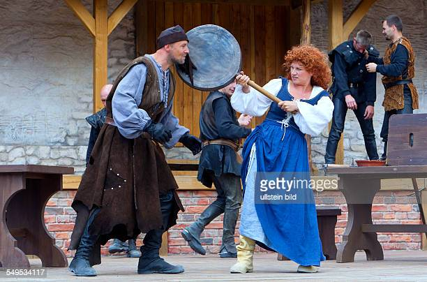 Die Schauspieler Simon Werner in der Rolle Pirat und Susanne Szell in der Rolle Tine spielen in einer Szene des Stueckes ' Stoertebekers Tod ' auf...