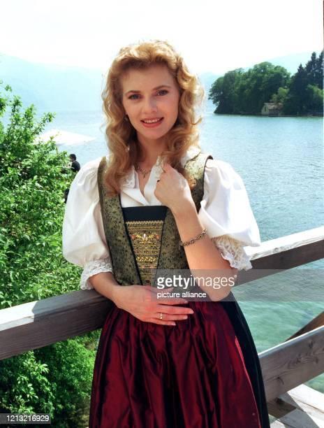 """Die Schauspielerin Andrea Lamatsch posiert am 12.5.1998 im östereichischen Gmunden vor dem Traunsee während Dreharbeiten der ZDF-Serie """"Schloßhotel..."""