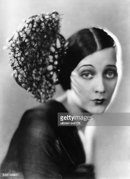 Die Schauspielerin Barbara La Marr mit einem mit Rosen geschmückten Kamm im Haar 1929