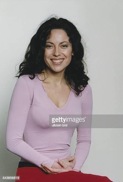 """Die Schauspielerin Carolina Vera Squella ist in der ARD-Fernsehserie """"Klinik unter Palmen"""" zu sehen. Sie hat die Hände im Schoß gefaltet. Aufgenommen..."""