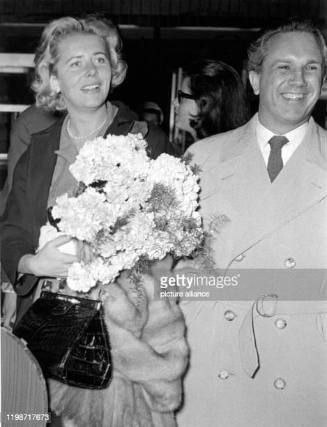 Die Schauspielerin Cornell Borchers mit ihrem Ehemann dem Produzenten Toni Schellkopf am 6 Mai 1957 nach ihrer Ankunft aus Hollywood auf dem...