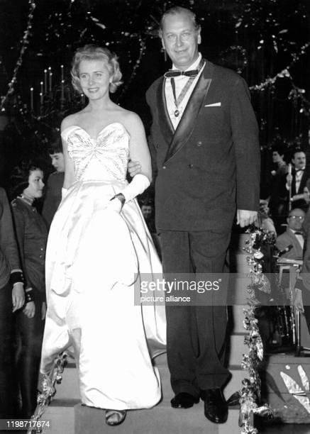 Die Schauspielerin Cornell Borchers mit ihrem Kollegen Curd Jürgens auf dem Münchner Filmball am 2 Februar 1957 Nach ersten Erfolgen 1949 in...
