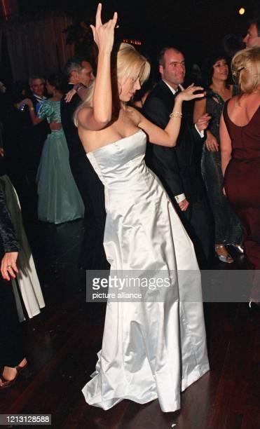 Die Schauspielerin Jenny Elvers tanzt am beim Deutschen Sportpresseball in der Alten Oper in Frankfurt am Main Gelungene Premiere für den Deutschen...