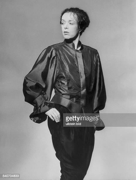 Die Schauspielerin Jutta Lampe in der Rolle des Orlando in dem Theaterstück von Virginia Woolf Aufführung an der Berliner Schaubühne am Lehniner...
