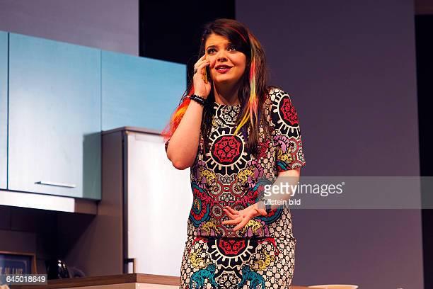 Die Schauspielerin Lisa Becker als Lilly am bei der Fotoprobe zum Theaterstück MITTENDRIN in der Berliner Komödie am Kurfürstendamm, Premiere