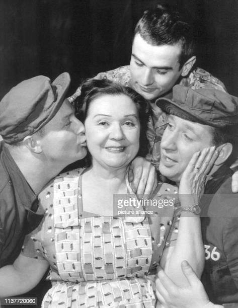 Die Schauspielerin Lucie Englisch als Peggy Gibbons in dem Lustspiel Die Söhne der Frau Gibbons im März 1961 an den Hamburger KammerspielenVon links...