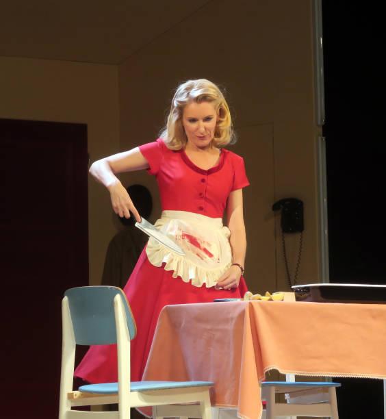 Die Schauspielerin Maria Furtwängler (Rebecca, rotes Kleid ...