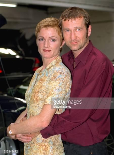 Die Schauspielerin Nina Petri und ihr Kollege Peter Lohmeyer posieren anläßlich eines Fototermins für ihren neuen Fernsehfilm Nie mehr zweite Liga am...