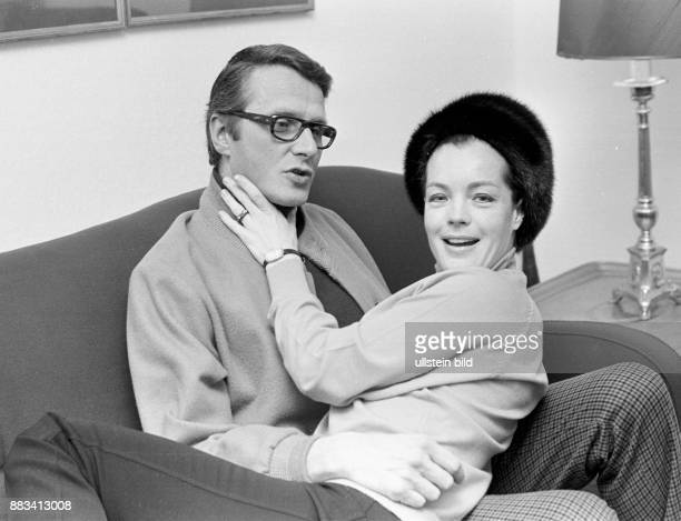 Die Schauspielerin Romy Schneider mit ihrem Ehemann dem Schauspieler und Regisseur Harry Meyen in ihrer Hamburger Wohnung Sie sitzen auf einem Sofa...