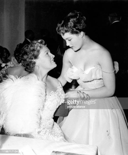 Die Schauspielerin Romy Schneider neben ihrer Mutter der Schauspielerin Magda Schneider auf dem Berliner Filmball Die Rolle der Sissi hatte Romy...