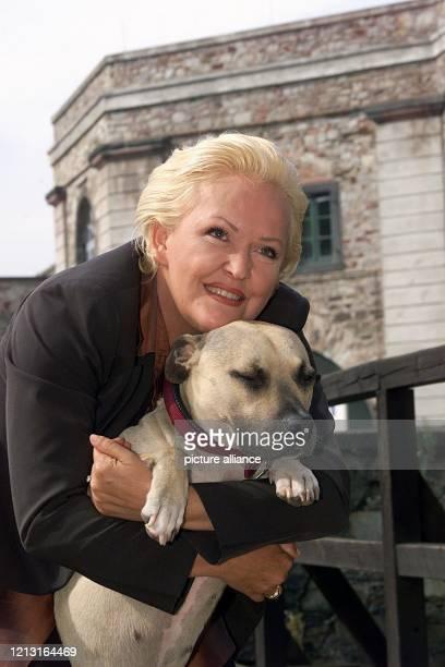 Die Schauspielerin und Sängerin Angelika Milster schmust am 7.7.1999 auf der Koblenzer Festung Ehrenbreitstein in einer Drehpause für eine neue Folge...