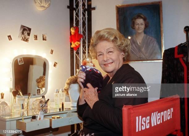 """Die Schauspielerin und Sängerin Ilse Werner sitzt in ihrem Schminkraum, der in Düsseldorf bei der Ausstellung """"Eine Frau mit Pfiff"""" originalgetreu..."""