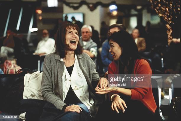 Die Schauspielerine Margit Carstensen als Regine Görler sitzt lachend neben Ana Capri als Cora Im Hintergrund Publikum