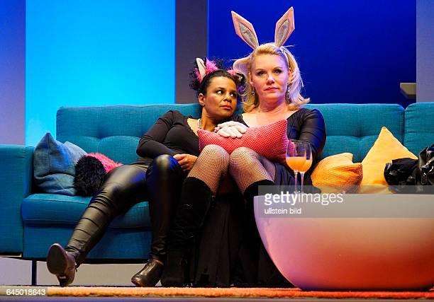 Die Schauspielerinnen Adisat Semenitsch als Marlene und Maike Bollow als Charly, Karla am bei der Fotoprobe zum Theaterstück MITTENDRIN in der...