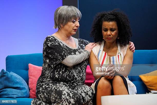Die Schauspielerinnen Adisat Semenitsch als Marlene und Manon Strache als Muga Lu am bei der Fotoprobe zum Theaterstück MITTENDRIN in der Berliner...