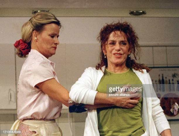 """Die Schauspielerinnen Claudia Rieschel und Gaby Gasser stehen am 11.5.1999 während einer Probe zu """"Das unmögliche Paar"""" auf der Bühne der Komödie..."""