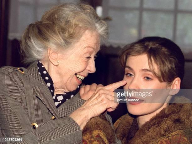 Die Schauspielerinnen Inge Meysel und Jeanette Arndt stehen am 1141997 für den ZDFFernsehfilm Guppies zum Tee in Wentorf bei Hamburg vor der Kamera...