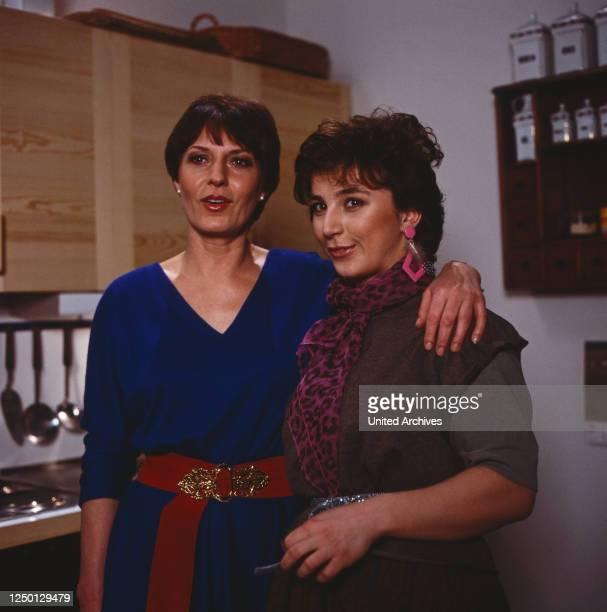 Die Schöffin, Gerichtsserie, Deutschland 1984, Folge: Auf die Schnauze, Darsteller: Renate Küster, Bettina Redlich.