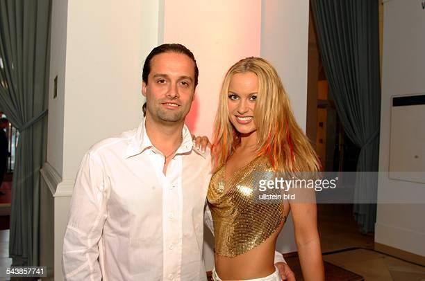 Die Schlagersängerin Moderatorin und Rollergirl Nicci Juice mit ihrem Produzenten Alex Christensen
