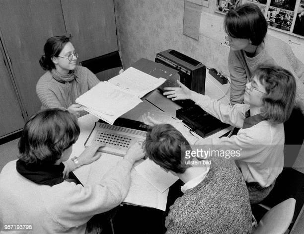 Die Schüler einer Erweiterten Oberschule finden sich in einem Betrieb in Berlin zum Unterricht in der Wissenschaftlich-Praktischen Arbeit zusammen,...
