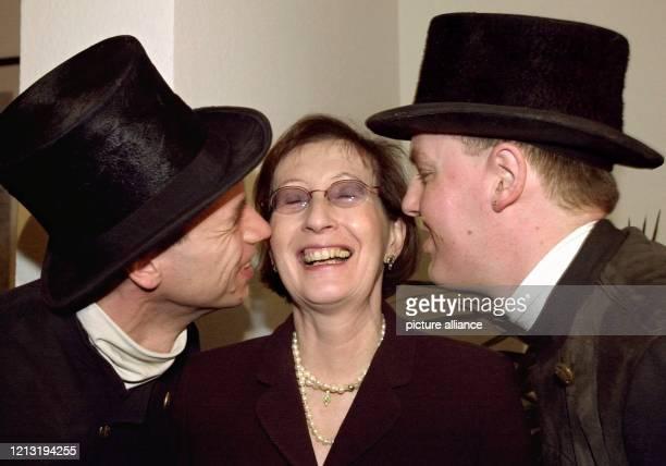 Die schleswig-holsteinische Ministerpräsidentin Heide Simonis wird am 4.4.2000 in Kiel von den Schornsteinfegern Christian Beutel und Michael Sagel...