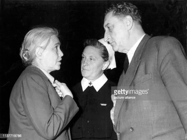 Die Schriftstellerin Anna Seghers , eine der wichtigsten Repräsentantinnen der Literatur in der DDR, im Gespräch mit dem Frau Oberin Schmidt von der...