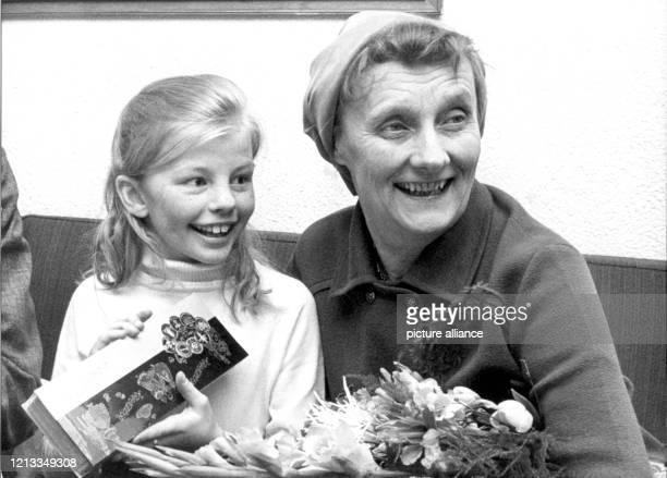 Die schwedische Kinderbuchautorin Astrid Lindgren mit der Hauptdarstellerin des Films Pippi Langstrumpf Inger Nilson am 27 Februar 1969 auf dem...