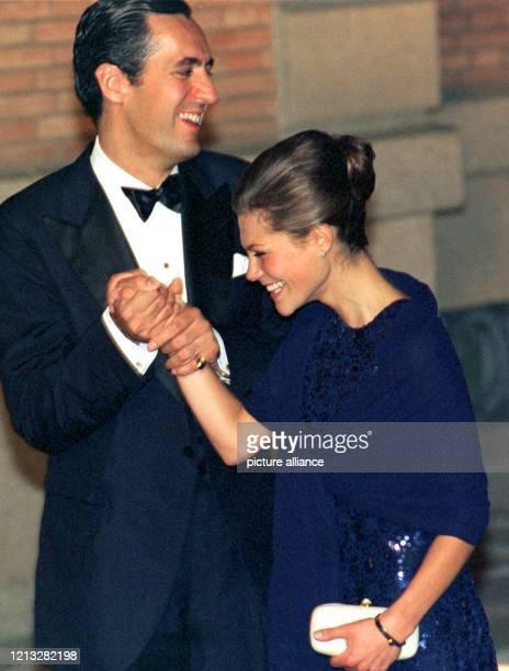 Die schwedische Kronprinzessin Victoria und Jaime de Marichalar, der Ehemann der spanischen Infantin Elena, begrüßen sich am Abend des 3.10.1997 auf...