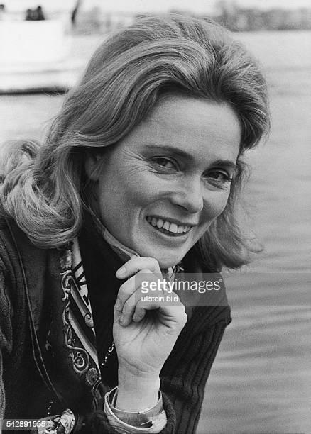 Die schwedische Schauspielerin Ulla Jacobsson stützt ihre Hand auf ihr Kinn