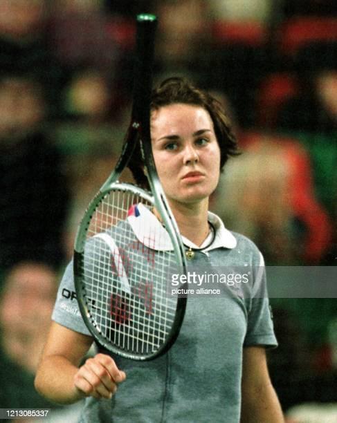Die schweizer Tennisspielerin Martina Hingis wirft am während ihres Spiels gegen die Schweizerin Patty Schnyder im Rahmen des Grand Slam Cups in...