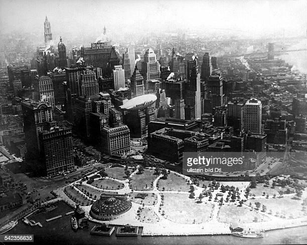 Die Südspitze von Manhattan aus derLuft gesehen in der Bildmitte einfliegender Zeppelin mit Goodyear Werbung 1927