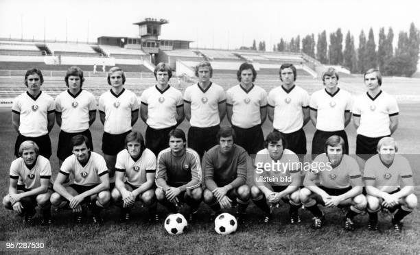 Die SG Dynamo Dresden DDRFußballmeister 1975/76 präsentiert sich am im heimischen RudolfHarbigStadion vor der neuen Saison Stehend Matthias Müller...