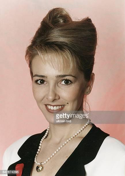 Die ShowModeratorin Gundis Zßmbó mit Perlenkette und Hochsteckfrisur Aufgenommen Dezember 1995