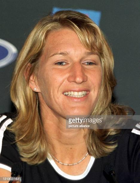 Die siebenfache Wimbledonsiegerin Steffi Graf stellt sich am 1711999 einen Tag vor Beginn des Tennisturniers der Australian Open in Melbourne auf...
