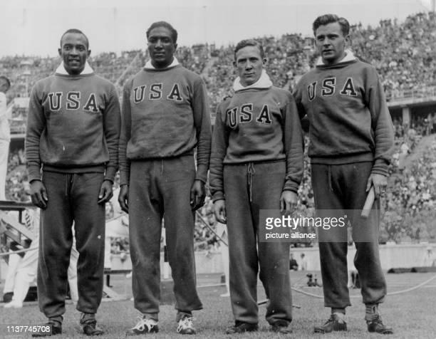 Die siegreichen USLäufer der 4 mal 100MeterStaffel Jesse Owens Ralph H Metcalfe Foy Draper und Frank Clifford Wykoff posieren im August 1936 während...