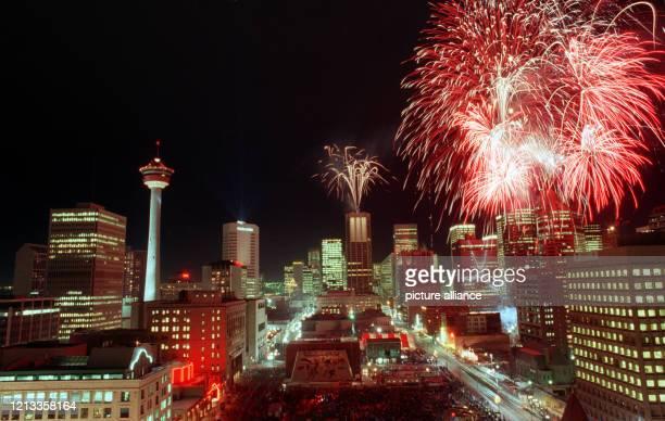 Die Skyline der kanadischen Stadt Calgary wird am zur Eröffnung der Olympischen Winterspiele bei Nacht von einem Feuerwerk erhellt An den Spielen in...