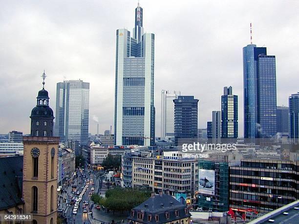 Die Skyline von Frankfurt mit den Hochhäusern / Wolkenkratzern des Bankenviertels. Im Vordergrund Geschäftshäuser und Bürohäuser der Innenstadt und...
