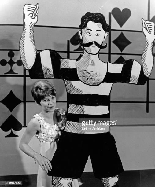 """Die Sängerin Gaby Berger singt in der NDR Fernsehshow """"18 - 20 - nur nicht passen"""", Deutschland Ende 1960er Jahre."""