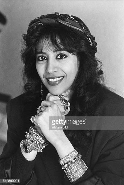 Die Sängerin Ofra Haza im Hamburger Elysee-Hotel. Sie hat ein Tuch ins Haar gewunden und sich mit Ringen und Armbändern geschmückt. .